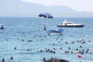 terjun payung di pantai malalayang