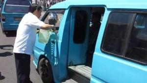 Walikota Manado saat membagikan keranjang sampah