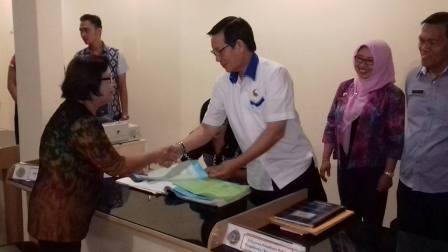 Walikota GSVL Serahkan Prona Sertifikat Tanah Bagi Warga Manado