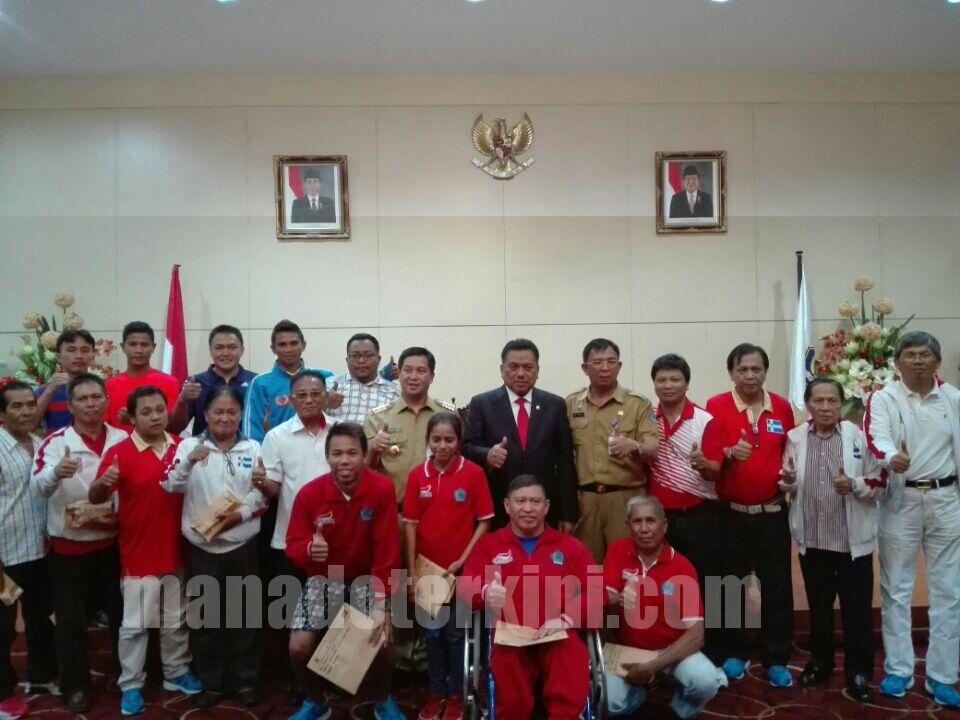 Diserahkan Langsung OD-SK, Atlet dan Pelatih Berprestasi di PON XIX Terima Bonus