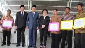 Walikota Manado, GS Vicky Lumentut membagikan bantuan Program Keluarga Harapan (PKH) bagi keluarga miskin didampingi Kadis Sosial Manado, Frans Mawitjere