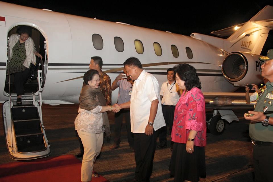 Tiba di Manado, Presiden ke-5 Megawati Soekarno Putri Disambut Petinggi PDIP Sulut