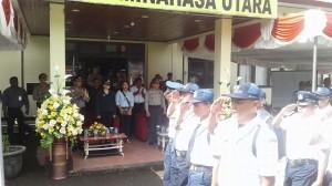 Caption: Bupati dan Kapolres Minut saat menyaksikan devile Satpam, usai Upacara.(foto:stenlypow/mtc)