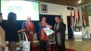 Walikota dan Ketua TP PKK ketika menghadiri FTTI di Belanda