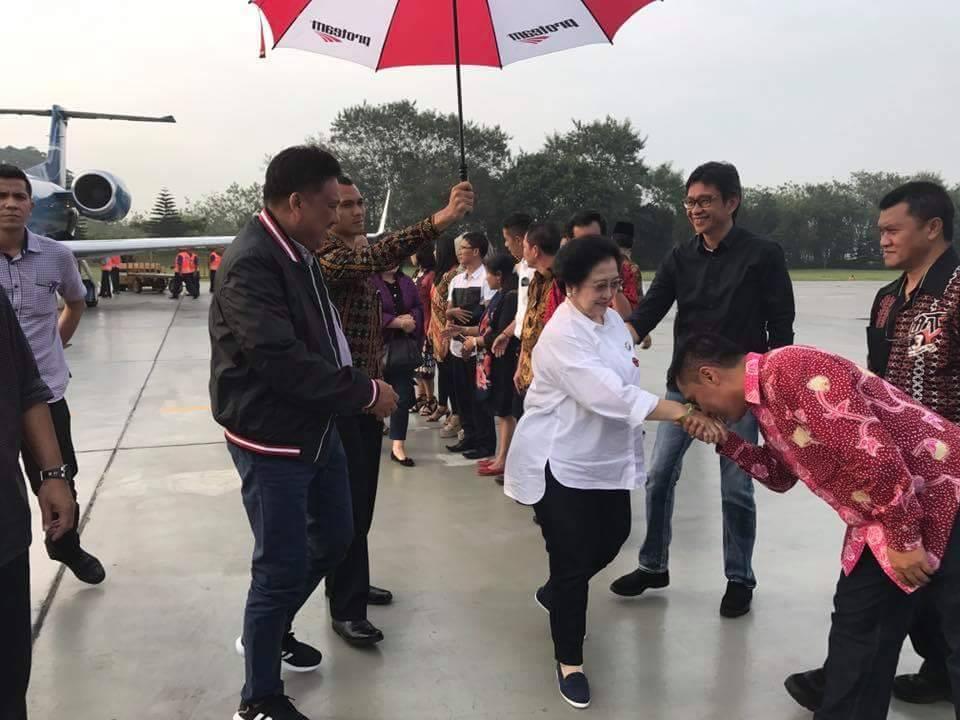 Olly dan Ibu Rita Dampingi Megawati Ziarah ke Makam Soekarno di Blitar