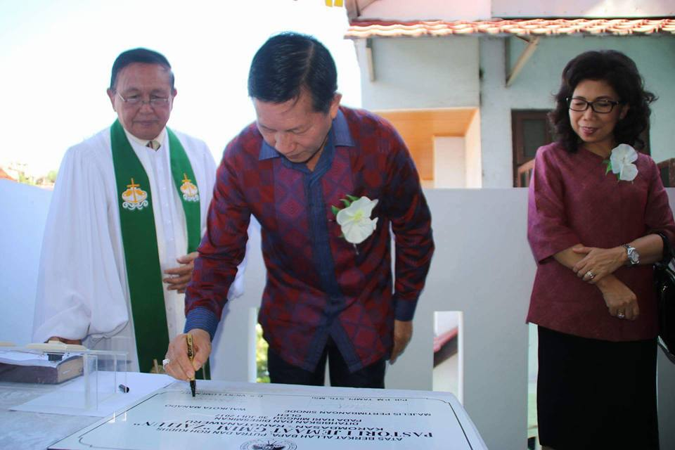 Tanda Tangani Prasasti, Walikota Manado Resmikan Pastori GMIM Zaitun Karo-Weru