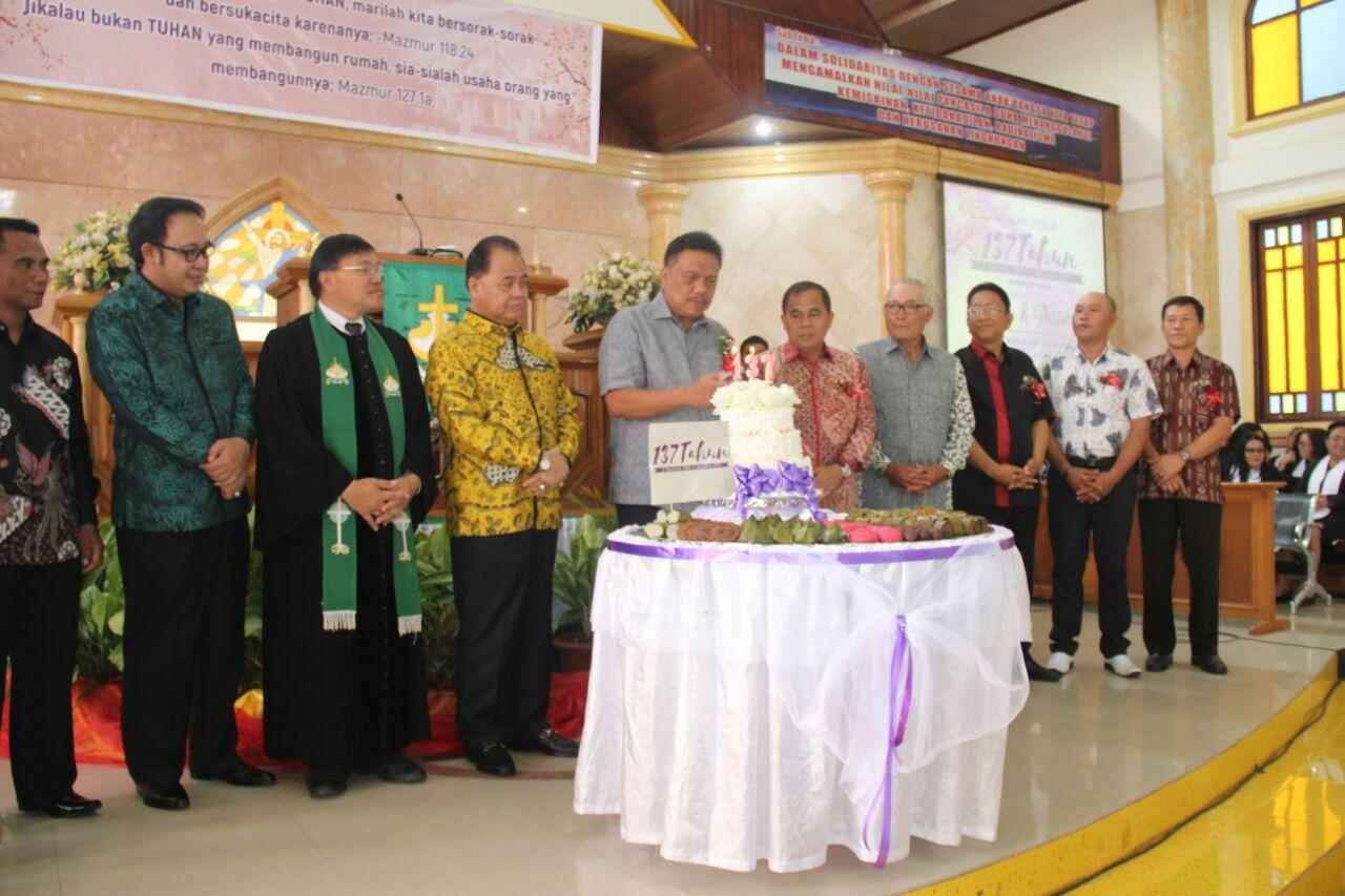 Hadiri HUT ke 137, Olly Motivasi Semangat Melayani Jemaat GMIM Siloam Tonsea Lama