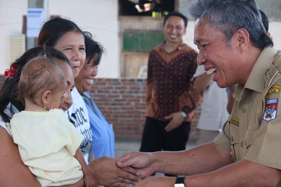 Wakili Bupati, Wongkar Serahkan Bantuan Bansos PKH Non Tunai