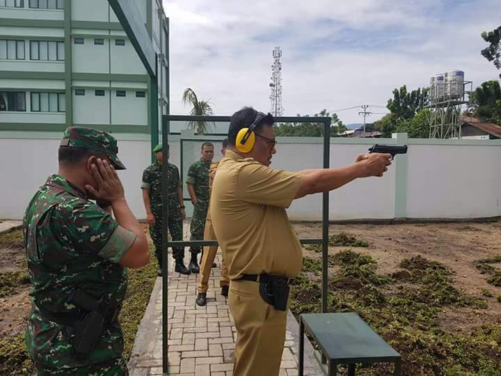 Wah…!!! OLLY DONDOKAMBEY Belajar Latihan Menembak