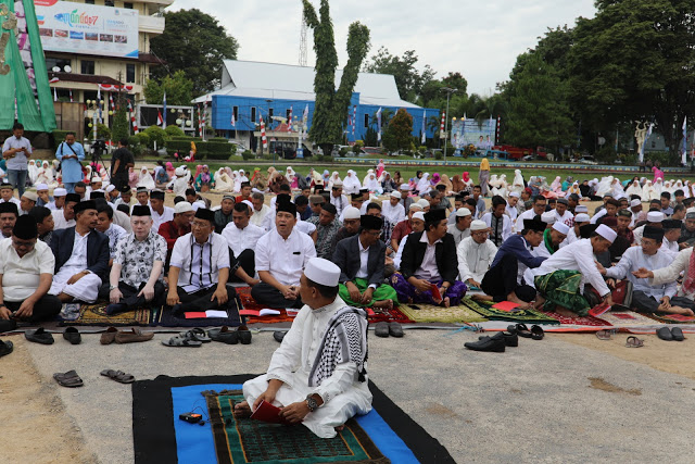 Hadiri Sholat Idul Adha, Wagub Kandouw Serahkan Hewan Qurban