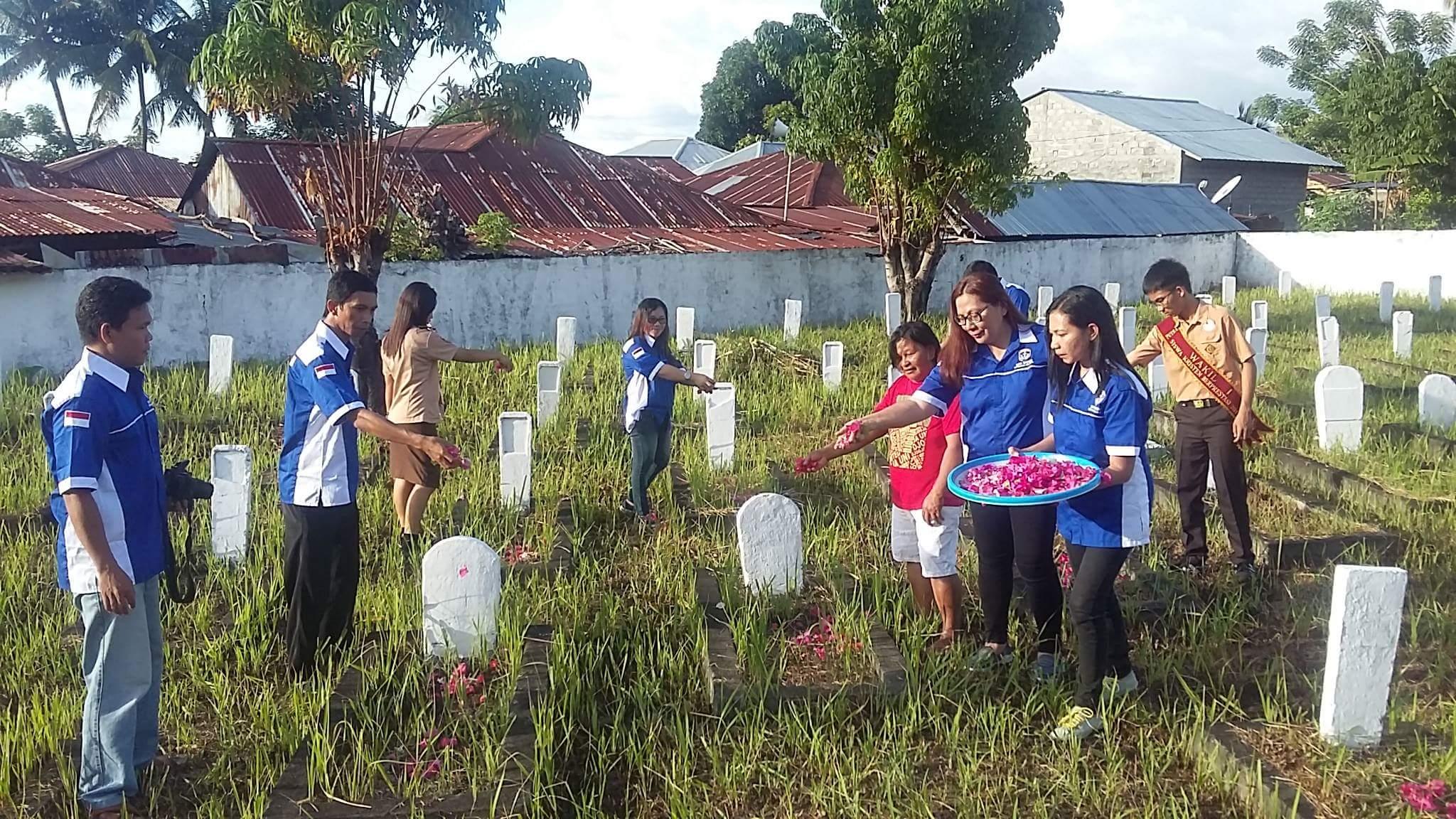 Peringati Hari Pahlawan, GAMKI Minsel Gelar Doa dan Tabur Bunga di TMP Amurang