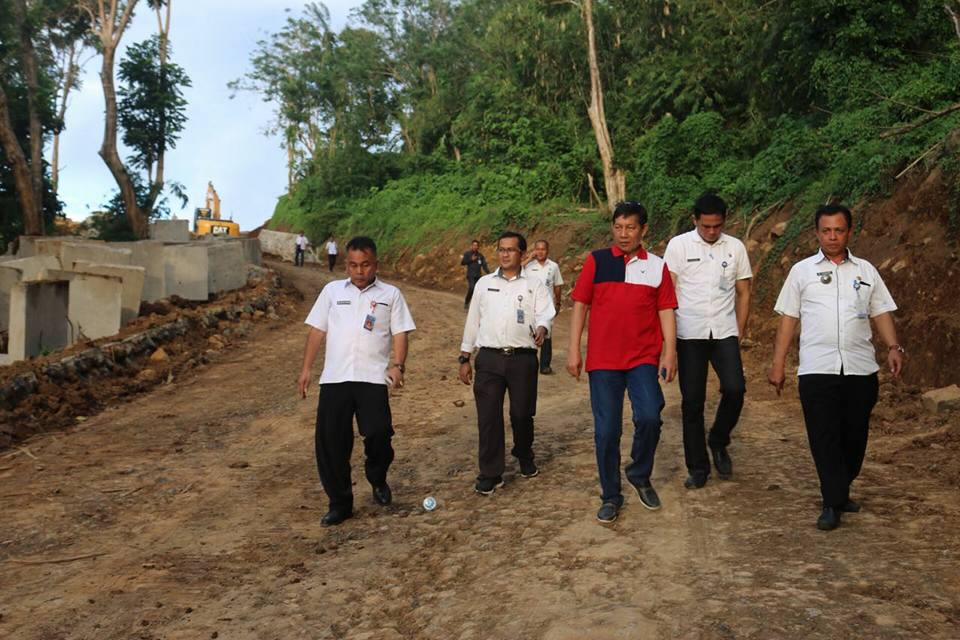 Walikota GSVL Lihat Langsung Proyek Jalan dan Drainase di Gunung Tumpa