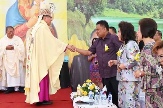 Gubernur Olly Hadiri Misa Perdana Uskup Rolly Untu di Tomohon