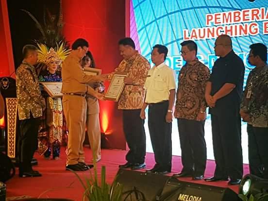 Gubernur Olly Terima Anugerah Indeks Demokrasi Indonesia