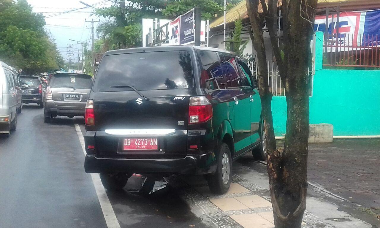 Waduh..Kendis Pejabat Pemkot Ikutan Parkir Di Trotoar