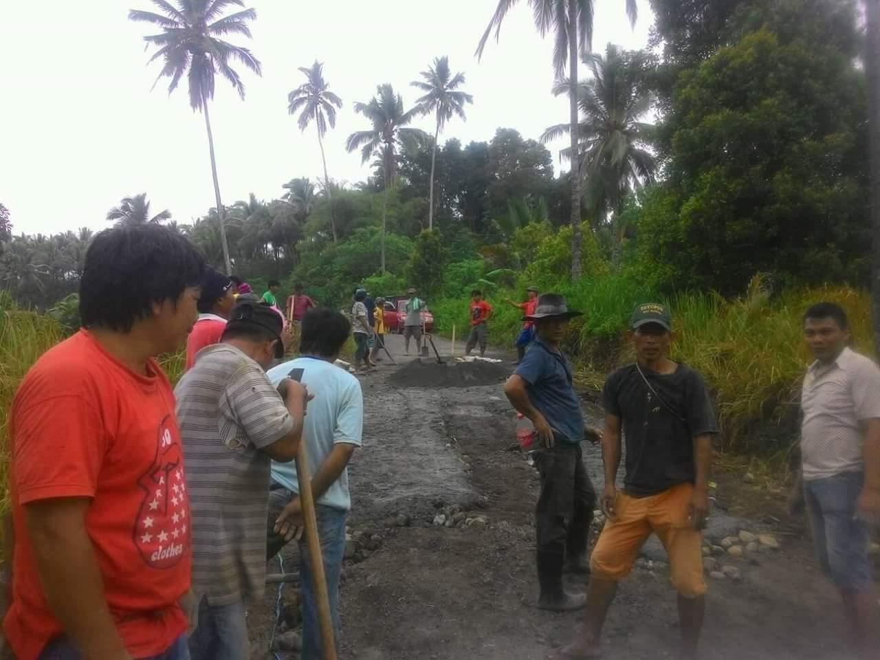 Tak Kunjung Diperbaiki, Warga Gotong Royong Perbaiki Jalan Penghubung Desa Toyopon – Raanan Baru