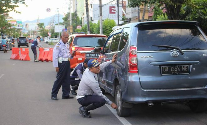 Dishub Manado Tindak Tegas Kendaraan Parkir di Trotoar