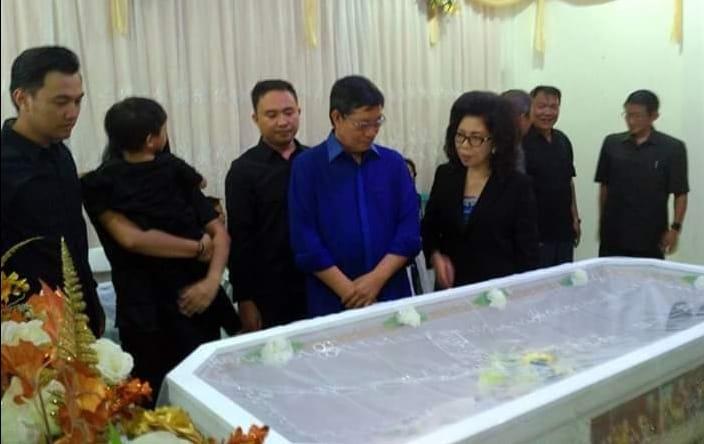 Walikota GSVL dan Prof Paula Hadiri Pemakaman Dosen UNIMA