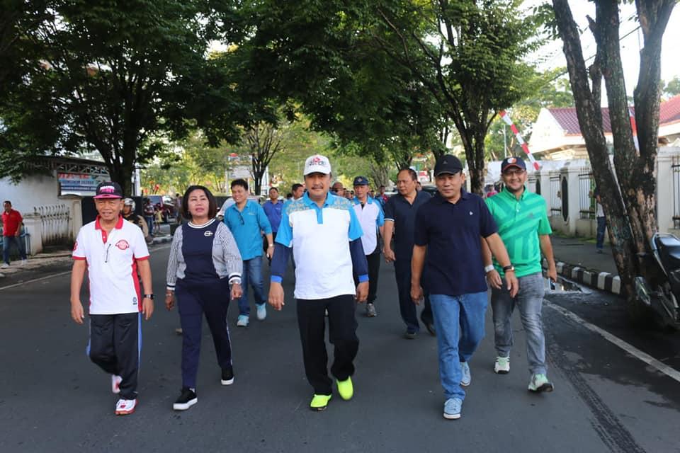 Peringati HUT KORPRI ke 73 & PGRI ke 73, Pemkot Manado Gelar Jalan Sehat & Senam Bersama