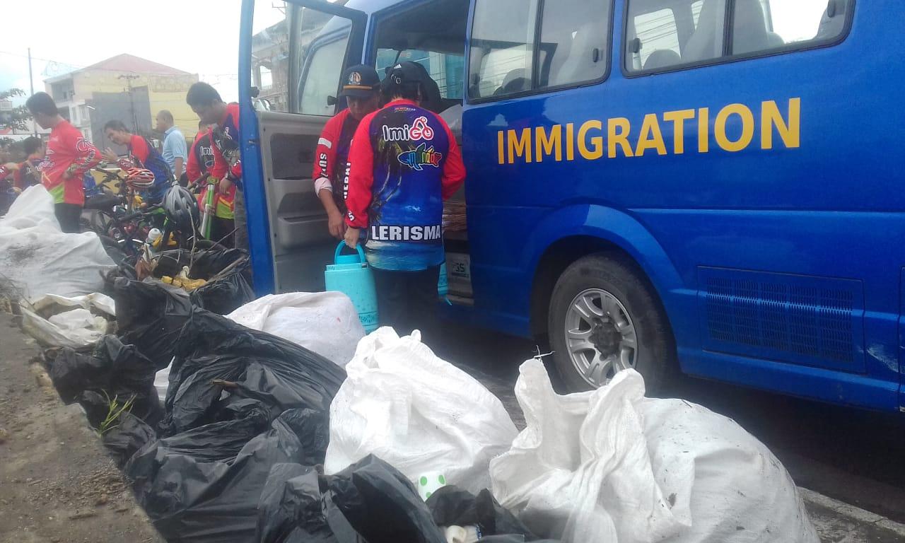 Pemerintah Kecamatan Sario Bersama Kantor Imigrasi Kelas 1 Bersih Bersih Pantai