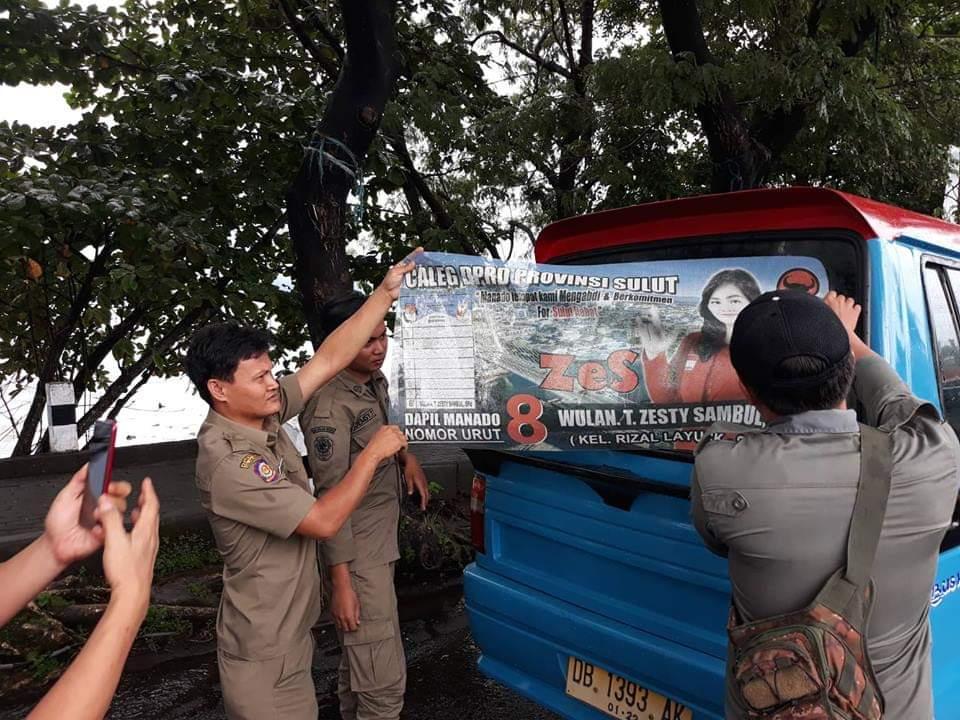Atribut Caleg Ditertibkan Pol PP Manado Bersama Bawaslu Manado