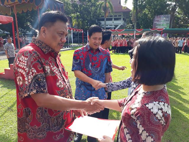 Gubernur Sulut Serahkan SK 100 Persen Guru Garis Depan