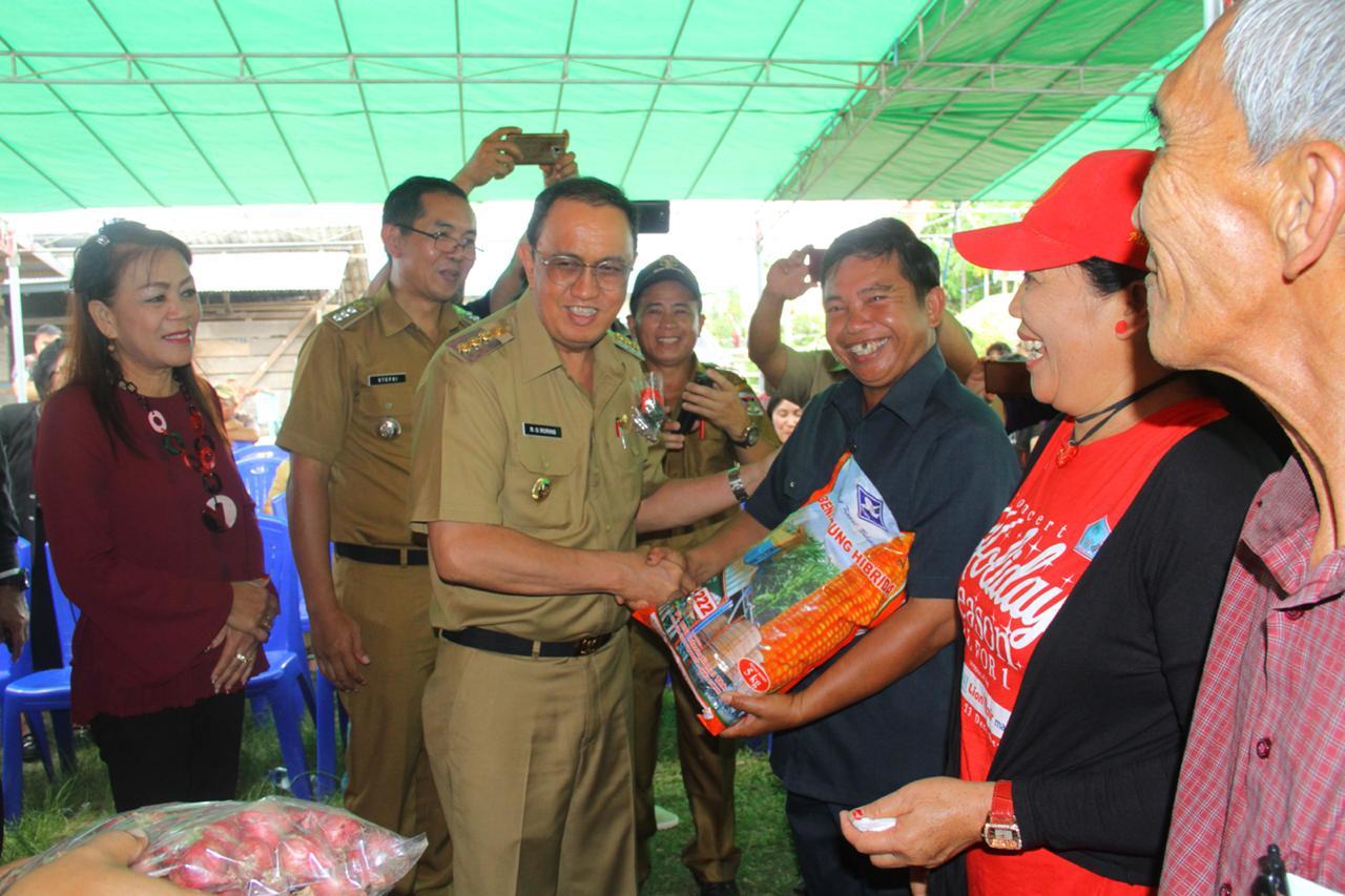 Resmikan Proyek Desa, ROR Juga Serahkan Macam-Macam Bantuan