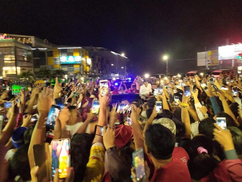 Di Manado, Iring-Iringan Presiden Jokowi Dicegat Ribuan Masyarakat