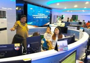 Kadis Kominfo Kota Manado Erwin Kontu berada di Ruang Cerdas Command Center Pemkot Manado, pusat Call Center Manado Siaga 112.