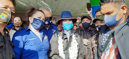 VAPers Sambut Junjungannya di Bandara Sam Ratulangi