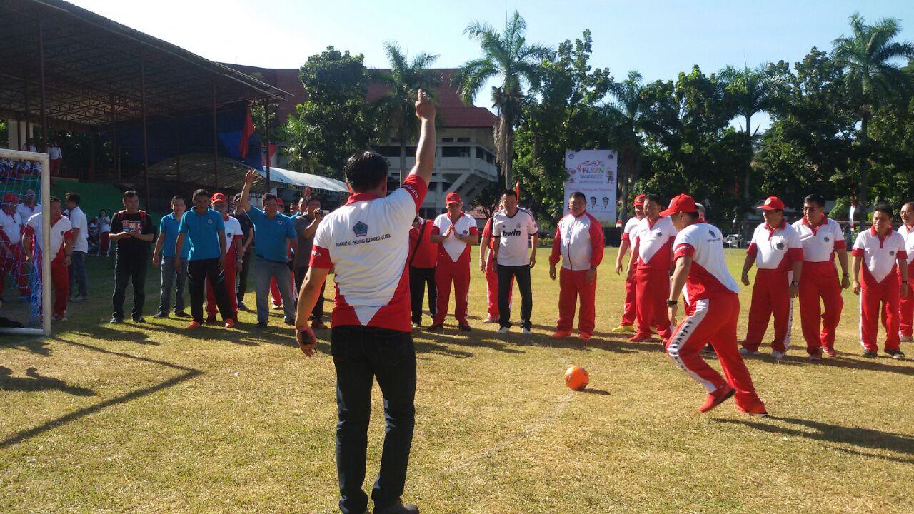 Wagub Lakukan Kick Off Sebagai Tanda Dimulainya Pertandingan Futsal Antar Watawan se-Sulut