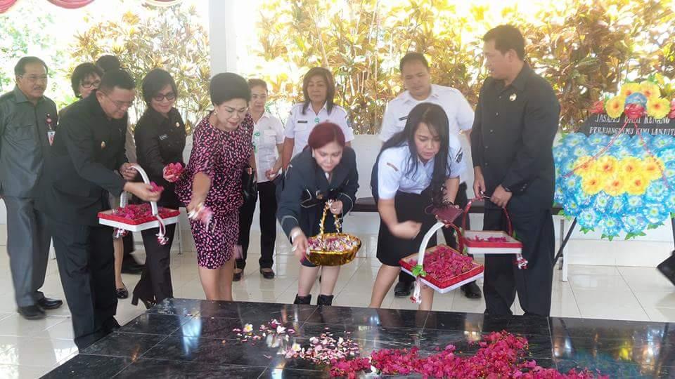 Permalink ke Wagub Kandouw Didampingi VAP-Jo Ziarah Ke Makam Gubernur HV Worang