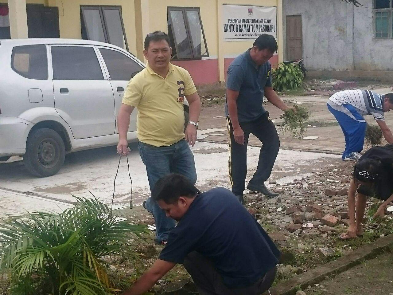 Permalink ke Camat Tompasobaru Pimpin Bersih-Bersih Kantor