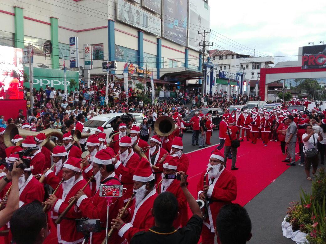 Permalink ke Ratusan Santa Claus Turun di Jalan Boulevard Gubernur Olly : Tahun Depan Dibuat Lebih Meriah