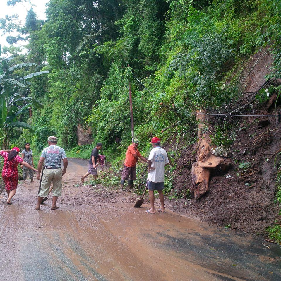 Permalink ke Tanah Longsor Tutupi Jalan Alternatif Antar Kab/Kota, Lurah Kerahkan Pala Dan RT