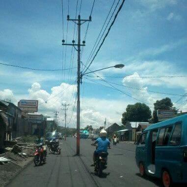 Permalink ke Tumiwa: Tiang Listrik di badan Jalan, PLN Cuek
