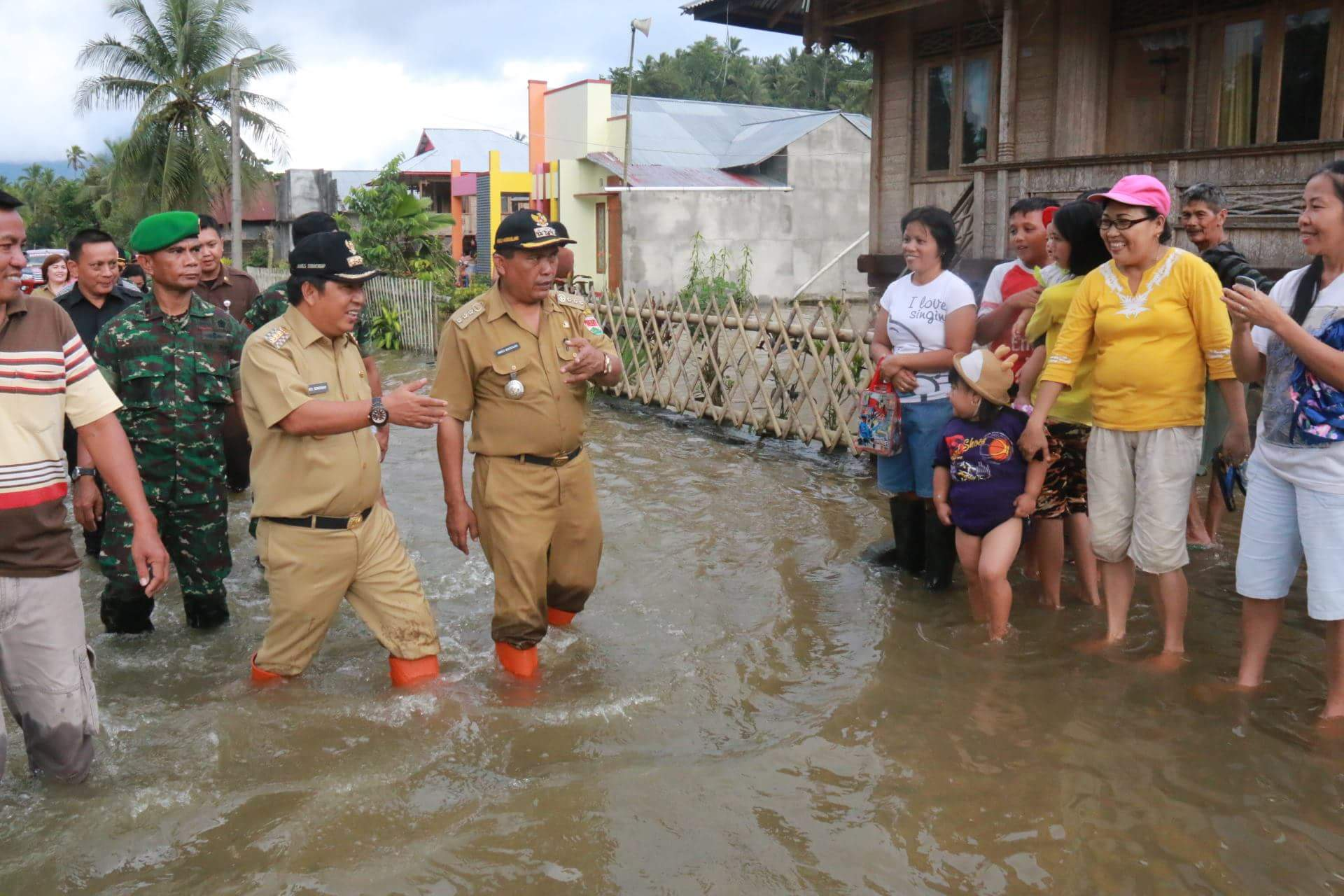 Permalink ke Tinjau Lokasi Bencana,Bupati Sumbang Rp 1 Juta per KK Korban Bencana