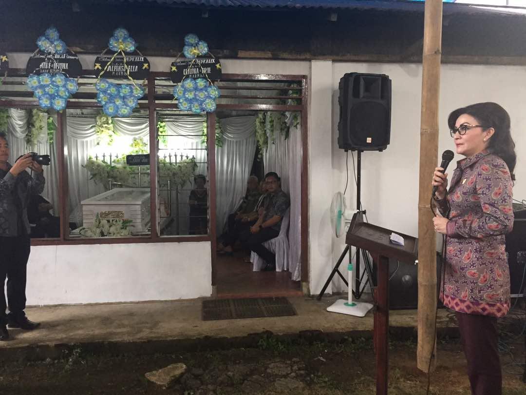 Permalink ke Bupati Tetty Melayat ke Rumah Duka Almarhum Drs Alex Slat