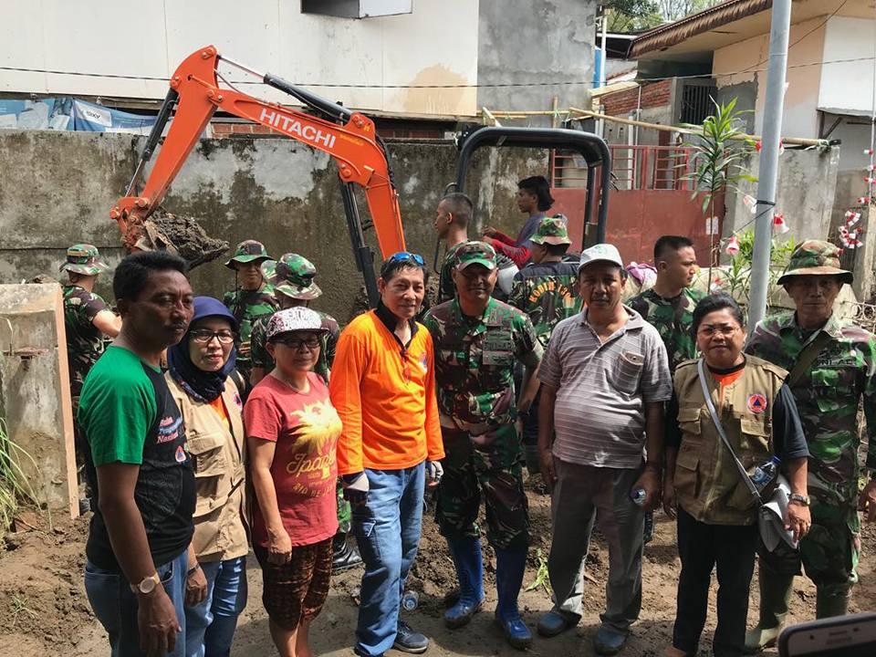 Permalink ke Bantu Bersihkan Lokasi Bencana Banjir, Walikota GSVL : Terima Kasih TNI/Polri