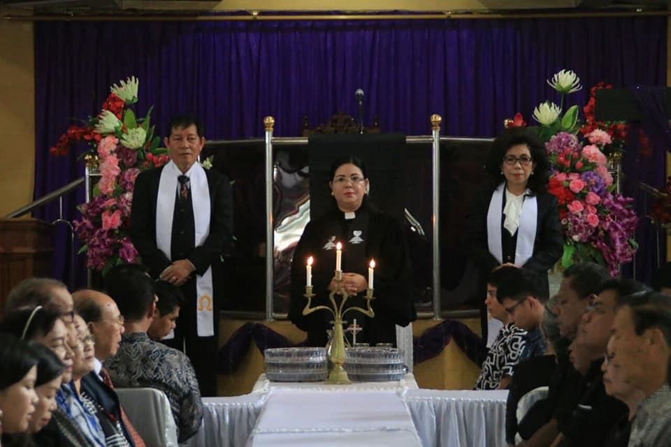 Permalink ke Ikut Perjamuan Kudus, Walikota GSVL dan Prof Paula Jalani Tanggung Jawab Iman di GMIM Elim Malalayang