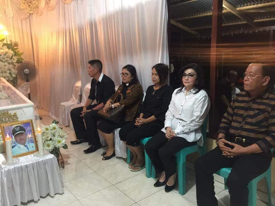 Permalink ke Melayat Kerumah Duka Penjabat Kumtua Ongkaw III, Bupati Tetty : Pemerintah dan Masyarakat Minsel Turut Berduka cita