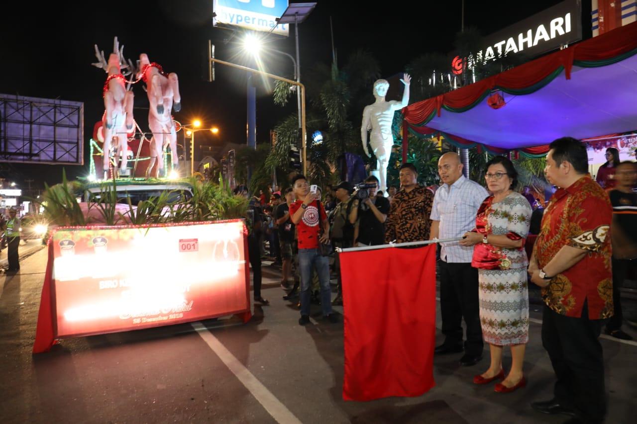 Permalink ke Christmas Festival, Adriana Dondokambey Lepas Peserta Parade Kendaraan Hias