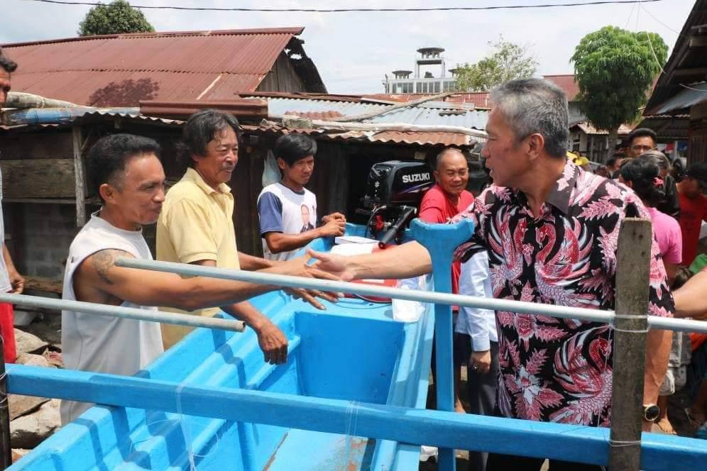 Permalink ke Wabup FDW Serahkan Perahu Pelang Kepada Kelompok Nelayan di Tumpaan