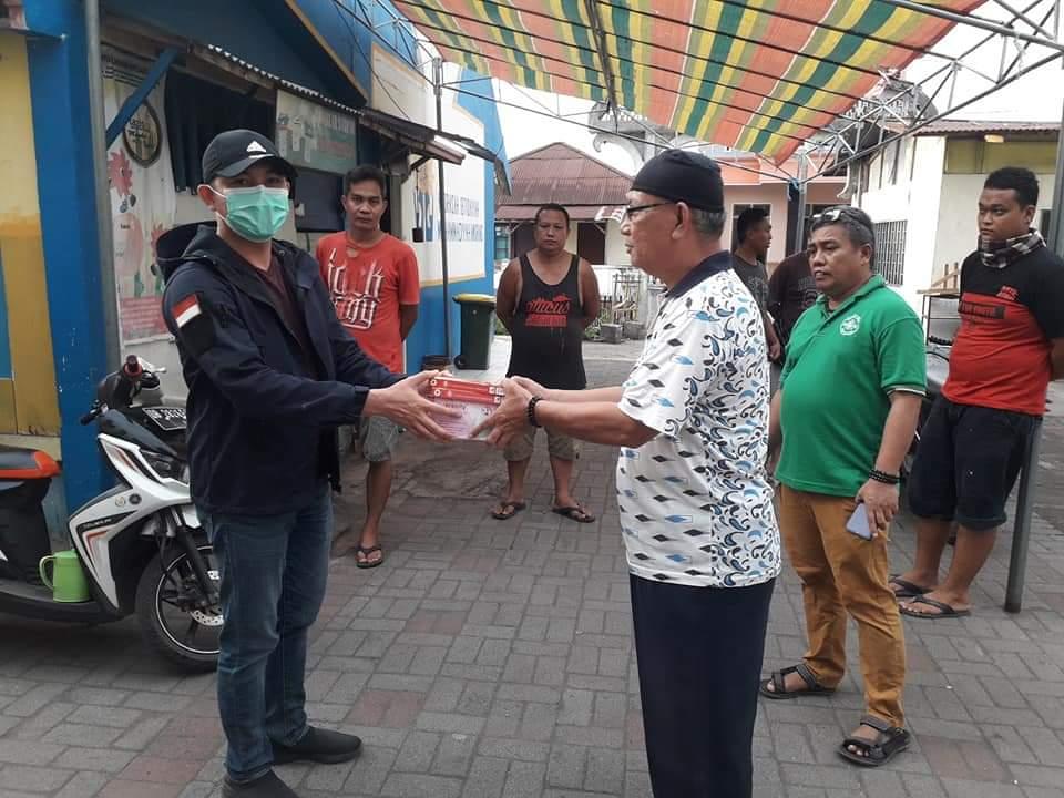 Permalink ke Cegah Corona, Waket DPRD Minsel Paulman S Runtuwene Bagikan Masker, Sarung Tangan dan Penyemprotan Disinfektan