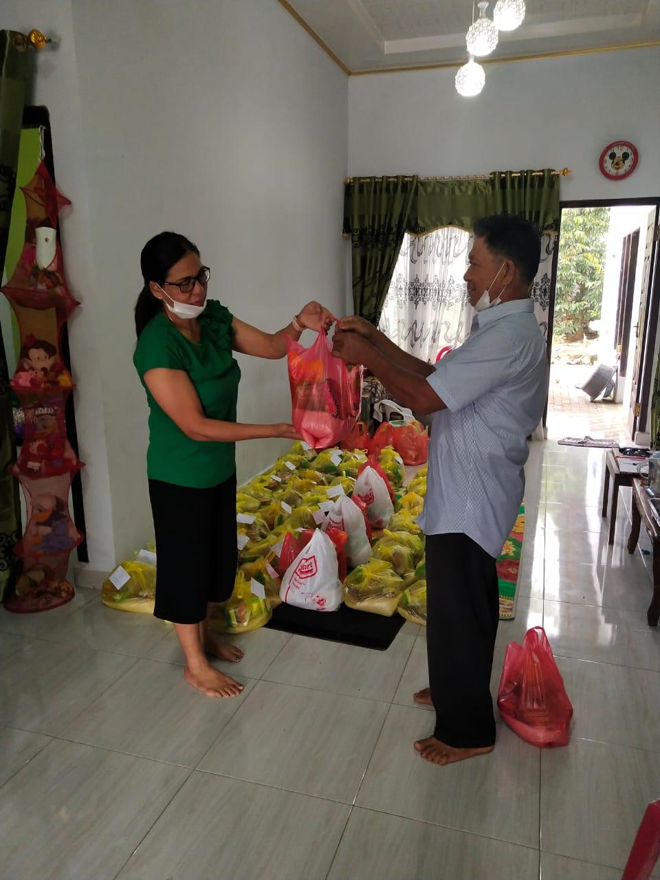 Permalink ke Peduli Terdampak Covid-19, Leonora Mandolang Bagikan 500 Paket Sembako ke Warga di Desa Ranoyapo