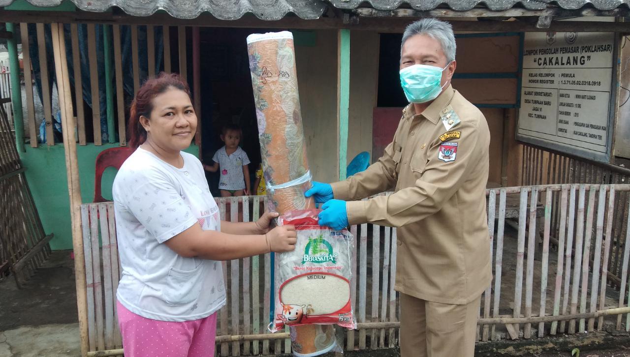 Permalink ke Wabup FDW Serahkan Bantuan Kepada Korban Banjir di Desa Tumpaan Baru