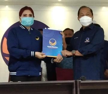 Permalink ke VAP Serahkan Surat Rekomendasi DPP Ke DPW NasDem Sulut