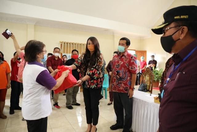 Steven Kandouw dan Dokter Devi Salurkan Bansos COVID-19 di Minahasa