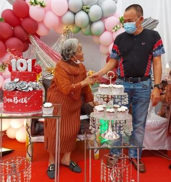 Permalink ke Usia 101 Tahun, Oma Bertha Mariantje Wowor dapat Piagam Penghargaan Pemkot Tomohon